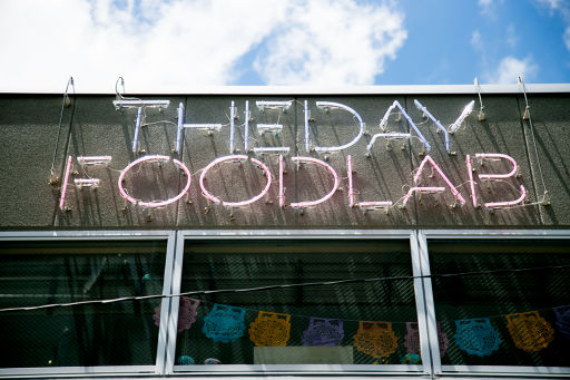 THE DAY FOOD LABの看板